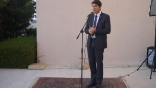 Patrick Maisonnave, Ambassadeur de France en Israël, s'adresse aux chercheurs des instituts Pasteur et Weizmann (Crédit : Charlotte Guimbert)