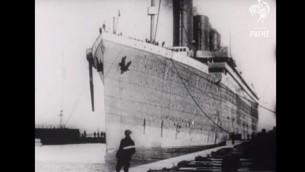 Le Titanic, le jour de son départ de Southampton, en Angleterre, le 10 avril 1912. (Crédit : capture d'écran YouTube)