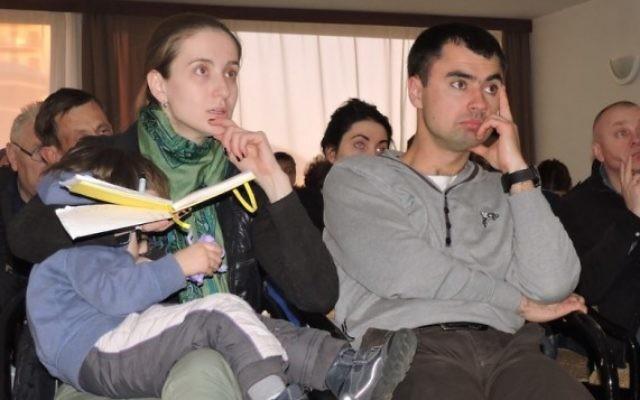 Un couple ukrainien pendant une réunion d'information avant le vol pour les immigrants vers Israël à Kiev, le 23v mars 2015. (Crédit : JTA/Ben Sales)