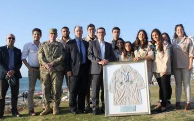 Scouts d'Israël et membres de l'ambassade américaine en Israël réunis pour l'hommage à Taylor Force pendant une cérémonie à Jaffa, le 7 avril 2016. (Crédit : The Israel Project)