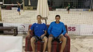 Le duo israélien de beach-volley, Sean Faiga et Ariel Hilman, a l'Open du Qatar à Doha, le 4 avril 2016. (Crédit : autorisation AVI/Facebook)