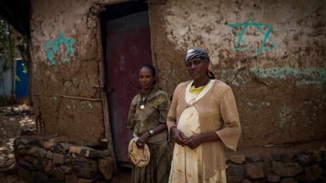 Ethiopia Berihe, la matriarche de la famille gardienne des clés de la synagogue abandonnée de Wolleka, à Gondar, Éthiopie, le 24 avril 2016. Elle l'appelle «mémorial» et espère que les enfants de ses sans anciens voisins s'y rendront (Crédit : Miriam Alster/ Flash90)