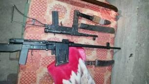Armes saisies par les forces de sécurité en Cisjordanie, le 4 avril 2016. (Crédit : unité des porte-paroles de l'armée)
