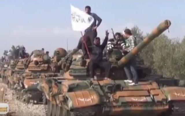 Membres de la Brigade des martyrs de Yarmouk en Syrie, un groupe affilié à l'Etat islamique. (Crédit : capture d'écran YouTube)