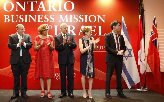 Eric Hoskins, ministre de la Santé, Kathleen Wynne, Premier ministre; Vivian Bercovici ambassadeur canadien en Israël, et Ohad Cohen chef du commerce extérieur du ministère de l'Economie (Crédit : Autorisation)