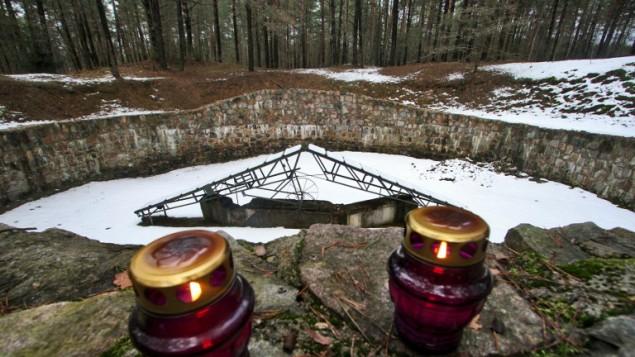 Un mémorial pour les 70 000 Juifs de Vilnius et de ses environs tués par les nazis et leurs complices pendant la Seconde Guerre mondiale à Vilnius, en Lituanie, le 16 février 2016. (Crédit : AFP/Petras Malukas)
