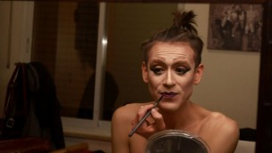 La drag queen israélienne Yossale applique du maquillage avant d'effectuer son spectacle dans un bar à Jérusalem le 23 février 2016. (Crédit : AFP / Gil Cohen-Magen)
