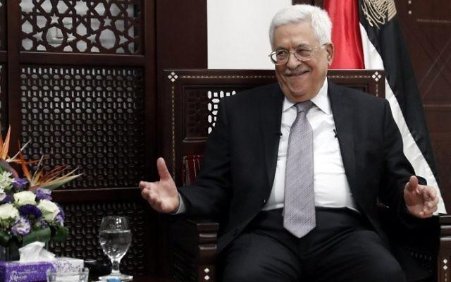 Le président de l'Autorité palestinienne, Mahmoud Abbas, dans son bureau de Ramallah, en Cisjordanie, le 11 avril 2016. (Crédit : Thomas Coex/AFP)