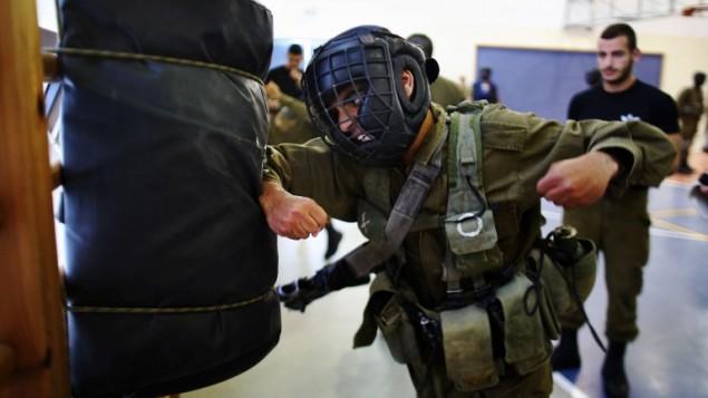 Des soldats de la brigade Golani de Tsahal pendant un entraînement de Krav Maga sur la base militaire de Regavim, le 19 avril 2016. (Crédit : AFP PHOTO / MENAHEM KAHANA)