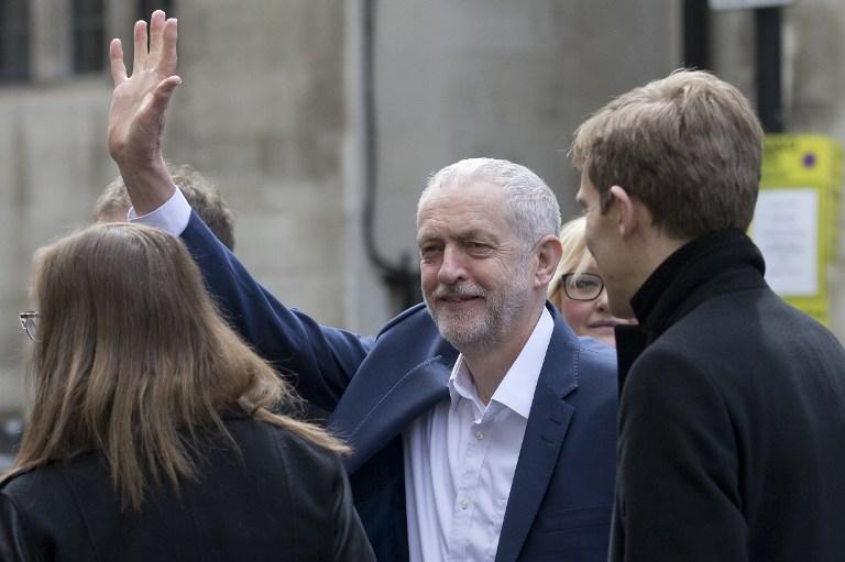 Le leader du parti Travailliste, Jeremy Corbyn, salue ses partisans alors qu'il s'apprête à rencontrer le président américain, Barack Obama, lors d'un événement dans le centre de Londres, le 23 avril 2016. (Crédit photo : AFP/Justin Tallis)