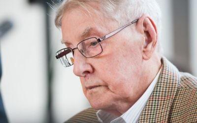 L'ancien gardien d'Auschwitz Reinhold Hanning pendant son procès à Detmold, en Allemagne, le 28 avril 2016. (Crédit : AFP / POOL / Bernard Thissen)