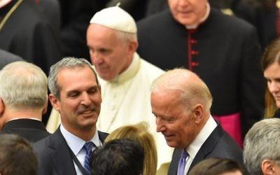 Le vice-président des Etats-Unis Joe Biden (à droite) à la fin d'une audience du pape François (en haut) avec les participants de la Conférence internationale sur les progrès de la médecine régénératrice et son impact culturel, dans la salle des audiences Paul VI du Vatican, le 29 avril 2016. (Crédit : Vincenzo Pinto/AFP)