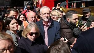 Jeremy Corbyn, chef du Labour, le parti d'opposition britannique (au centre), donne un discours à Londres le 1er mai 2016 (Crédit : AFP / JUSTIN TALLIS)