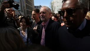 Jeremy Corbyn (au centre), chef du parti d'opposition britannique, le Parti travailliste, après un discours donné pendant un rassemblement du 1er mai à Londres, le 1er mai 2016. (Crédit : Justin Tallis/AFP)