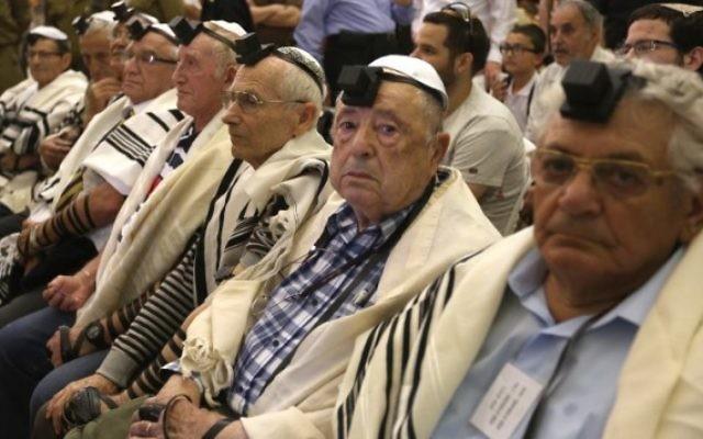 Des dizaines de survivants juifs de l'Holocauste fêtent leur bar mitzvah au mur Occidental, dans la Vieille Ville de Jérusalem, le 2 mai 2016. (Crédit : AFP/Menahem Kahana)