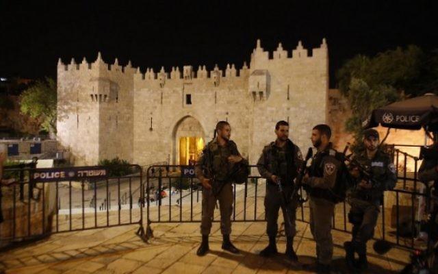 Des gardes-frontières devant la porte de Damas, une des entrées principales de la Vieille Ville de Jérusalem, le 2 mai 2016. Illustration. (Crédit : Ahmad Gharabli/AFP)
