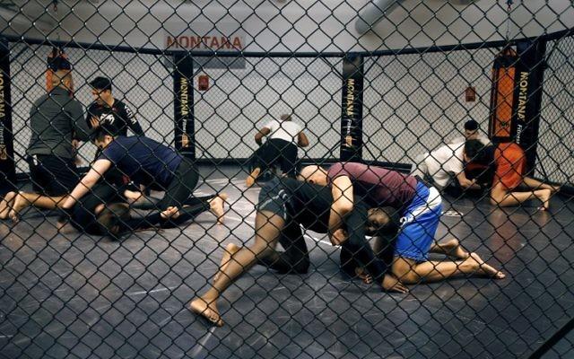 Les gens prennent part à une session de formation de  MMA (Mixed Martial Arts) session de formation, le 2 mai 2016 à Paris. (Crédit : AFP / FRANCOIS GUILLOT)