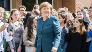 La chancelière allemande Angela Merkel au lycée français de Berlin, le 3 mai 2016. (Crédit : Clemens BIlan/AFP)