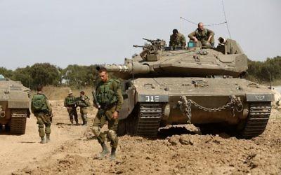 Des soldats israéliens le long de la frontière avec la bande de Gaza, près du kibboutz Nahal Oz, le 4 mai 2016. (Crédit : Menahem Kahana/AFP)