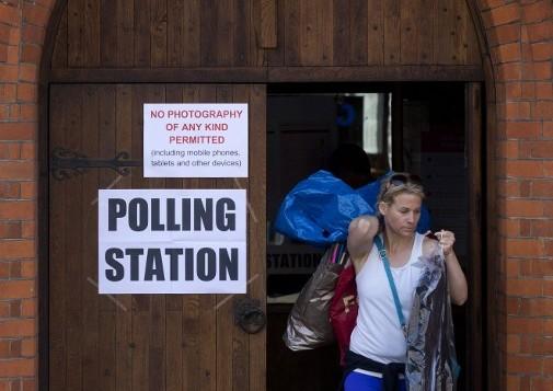 Une électrice sort d'un bureau de vote situé dans une église au sud de Londres, le 5 mai 2016, après avoir voté pour le prochain maire de la ville (Crédit : AFP /JUSTIN TALLIS)
