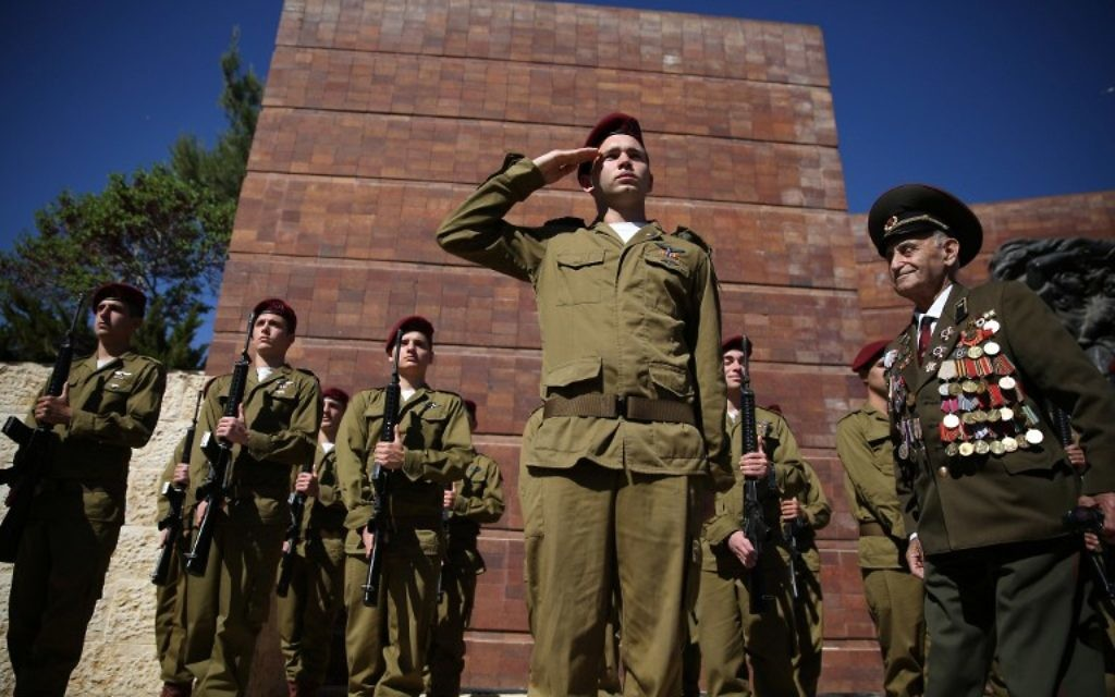 Un vétéran de la Seconde guerre mondiale passe devant une garde d'honneur formée par des soldats israéliens pendant la cérémonie du jour du souvenir de la Shoah à Yad Vashem, le 5 mai 2016 à Jérusalem. (Crédits : AFP / Gali Tibbon)