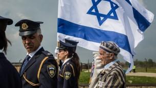 """Edward Mossberg (à droite), survivant de la Shoah, et d'autres participent à la """"marche des vivants"""", organisée chaque année sur les restes du camp de la mort nazi d'Auschwitz-Birkenau, à Brzezinka (Birkenau), près d'Oswiecim (Auschwitz), en Pologne, le 5 mai 2016. (Crédits : AFP Photo/Wojtek Radwanski)"""