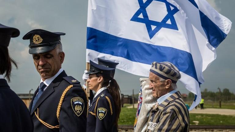 """Edward Mossberg (à droite), survivant de la Shoah, et d'autres participent à la """"Marche des Vivants"""", organisée chaque année sur les restes du camp de la mort nazi d'Auschwitz-Birkenau, à Brzezinka (Birkenau), près d'Oswiecim (Auschwitz), en Pologne, le 5 mai 2016. (Crédit : Wojtek Radwanski/AFP)"""