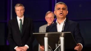 Le nouveau maire de Londres, Sadiq Khan, pendant une conférence de presse à la suite de sa victoire électorale au City Hall, dans le centre de Londres, le 7 mai 2016. (Crédit : AFP/Leon Neal)