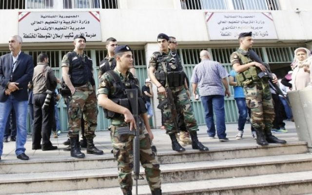 Les forces de sécurité libanaises devant un bureau de vote pendant les élections municipales, à Beyrouth, le 8 mai 2016. (Crédit : AFP/Anwar Amro)