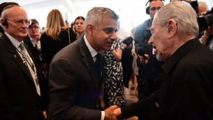 Le nouveau maire de Londres, Sadiq Khan, avec un survivant de l'Holocauste, Harry Fleming, pendant une cérémonie de commémoration pour Yom HaShoah, à Barnet, dans le nord de Londres, le 8 mai 2016. (Crédit : AFP PHOTO / LEON NEAL)