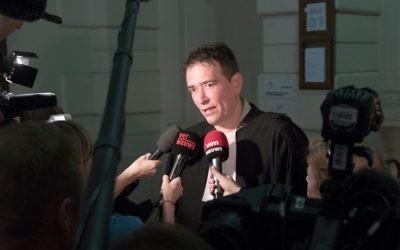 L'avocat Sébastien Courtoy s'adresse à la presse au début du procès de la cellule jihadiste de Verviers, au tribunal correctionnel de Bruxelles, le 9 mai 2016. (Crédit : AFP PHOTO / Belga / BENOIT DOPPAGNE / Belgium OUT)