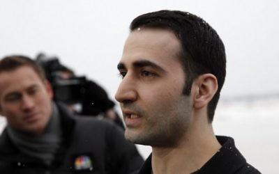 Amir Hekmati, marine américain détenu pendant 4,5 ans en Iran, pendant une conférence de presse après sa libération et son arrivée à Flint, dans le Michigan, le 20 janvier 2916. (Crédit : AFP/GETTY IMAGES NORTH AMERICA / Sarah RICE)