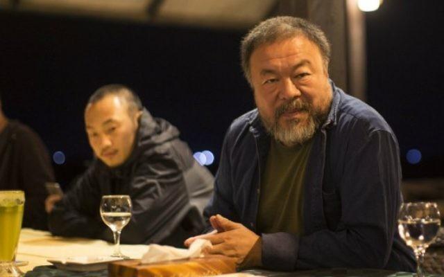 L'artiste chinois Ai Weiwei avec son équipe à l'hôtel Al-Roots, à Gaza ville, le 11 mai 2016. (Crédit : Mahmud Hams/AFP)