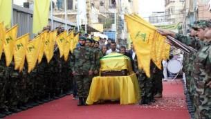 Des membres du groupe terroriste chiite libanais Hezbolah assistent aux funérailles de Mustafa Badreddine, commandant du Hezbollah tué en Syrie, dans le quartier de Ghobeiry dans le sud de Beyrouth, le 13 mai 2016. (Crédit : AFP PHOTO / ANWAR AMRO)