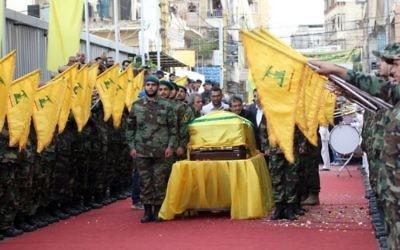 Des membres du groupe terroriste chiite libanais Hezbollah assistent aux funérailles de Mustafa Badreddine, commandant du Hezbollah tué en Syrie, dans le quartier de Ghobeiry dans le sud de Beyrouth, le 13 mai 2016. (Crédit : Anwar Amro/AFP)