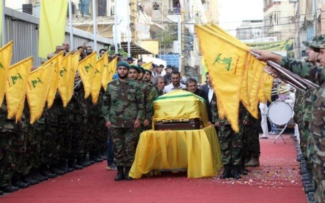 Photo d'illustration : Des membres du groupe terroriste chiite libanais Hezbollah assistent aux funérailles de Mustafa Badreddine, commandant du Hezbollah tué en Syrie, dans le quartier de Ghobeiry dans le sud de Beyrouth, le 13 mai 2016. (Crédit : Anwar Amro/AFP)