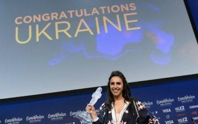 """Jamala, représentante de l'Ukraine avec la chanson """"1944"""", après sa victoire au concours de l'Eurovision 2016 à Stockholm, en Suède, le 14 mai 2016. (Crédit : Jonathan Nackstrand/AFP)"""