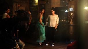 Insan, membre de l'association organisatrice, pose avec une domestique philippine pendant un Iman Bachir, Soudanaise de 18 ans, pendant un défilé de mode dans un restaurant tendance de Beyrouth, au Liban, le 15 mai 2016. (Crédit : AFP PHOTO / PATRICK BAZ)