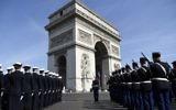 Soldats français devant l'Arc de Triomphe et la flamme du Soldat Inconnu pendant une cérémonie commémorant le 71e anniversaire de la victoire sur l'Allemagne nazie pendant la Seconde Guerre Mondiale, à Paris, le 8 mais 2016. (Crédit : AFP/Lionel Bonaventure)
