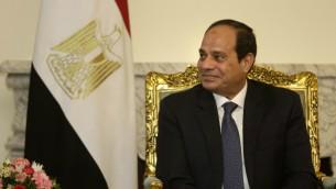 Le président égyptien Abdel Fattah el-Sissi écoute le secrétaire d'Etat américain, John Kerry, au cours d'une réunion au palais présidentiel, au Caire, le 18 mai 2016 (Crédit : Amr Nabil/Pool/AFP)