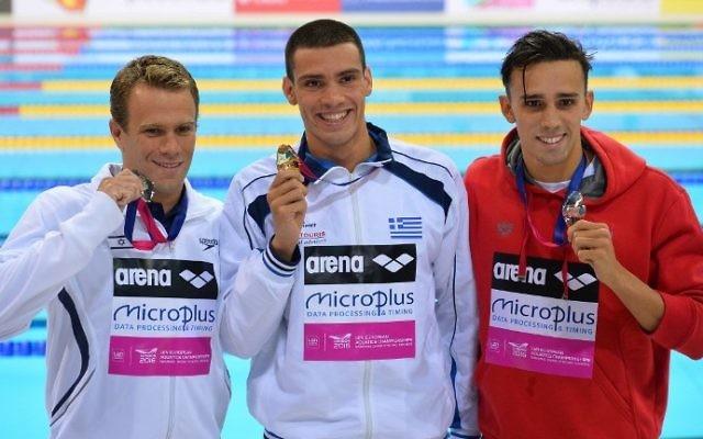 Le médaillé d'or grec, Andreas Vazaios (au centre) pose pour une photo avec le médaillé d'argent israélien Gal Nevo (à gauche) et le médaillé de bronze portugais, Alexis Manacas Santos (à droite) après la finale homme du 200 mètres nage libre individuel aux Championnats d'Europe de natation à Londres, le 18 mai 2016 (Crédit : AFP PHOTO / GLYN KIRK)