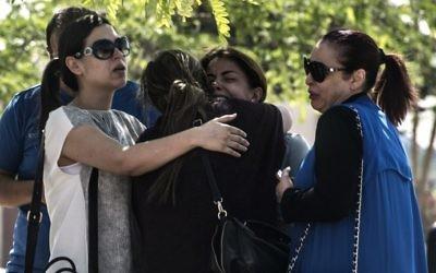 Des membres des familles des passagers du vol Egyptair qui s'est abîmé en mer, entre l'île de Crète et les côtes égyptiennes (Crédit : AFP/KHALED DESOUKI)
