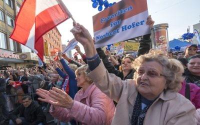 Les partisans de l'aile droite du Parti autrichien de la liberté (FPÖ)  assistent à un dernier rassemblement de la campagne électorale de Hofer à Vienne, en Autriche, le 20 mai 2016.  (Crédit : Joe Klamar/AFP)
