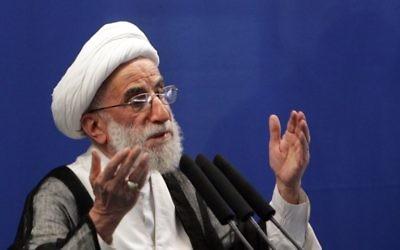 Ahmad Jannati, le 16 octobre 2009 pendant le sermon du vendredi à l'Université de Téhéran. Il a été élu à la tête de l'Assemblée des experts de l'Iran le 24 mai 2016, l'organe clé qui supervise le travail du guide suprême du pays. (Crédit : AFP PHOTO / BEHROUZ MEHRI)