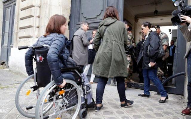 Des victimes des attentats du 13 novembre à Paris et leurs familles se rendent à la première réunion avec les juges d'instruction (Crédit : AFP PHOTO / FRANCOIS GUILLOT)