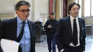 Arnaud Mimran (à droite) arrive avec son avocat, Jean-Marc Fedida (à gauche), au tribunal de Paris pour son procès dans l'affaire de l'escroquerie à la taxe carbone, le 25 mai 2016. (Crédit: AFP PHOTO / BERTRAND GUAY)