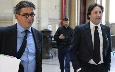 Arnaud Mimran (à droite) arrive avec son avocat, Jean-Marc Fedida (à gauche), au tribunal de Paris pour son procès dans l'affaire de l'escroquerie à la taxe carbone, le 25 mai 2016. (Crédit : Bertrand Guay/AFP)