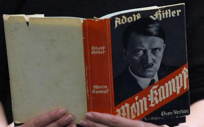 Une édition allemande de Mein Kampf (Mon Combat) d'Adolf Hitler à la Librairie régionale et centrale de Berlin (Zentrale Landesbibliothek, ZLB), le 7 décembre 2015. (Crédit : Tobias Schwarz/AFP)