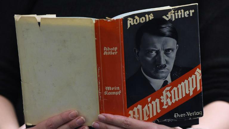 """Une édition allemande de """"Mein Kampf"""" ('Mon Combat') d'Adolf Hitler's à la Librairie régionale et centrale de Berlin (Zentrale Landesbibliothek, ZLB) à Berlin, Allemagne, le 7 débembre 2015 (Crédit : AFP/Tobias Schwarz)"""