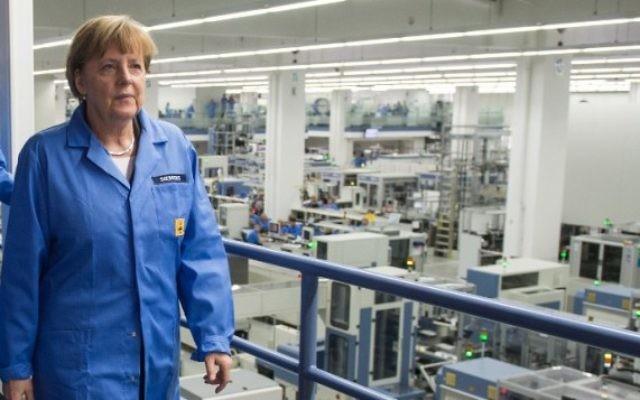 La Chancelière allemande Angela Merkel en visite dans une usine Siemens à Amberg, dans le sud de l'Allemagne, le 23 février 2015; (Crédit : Armin Weigel/DPA/AFP)